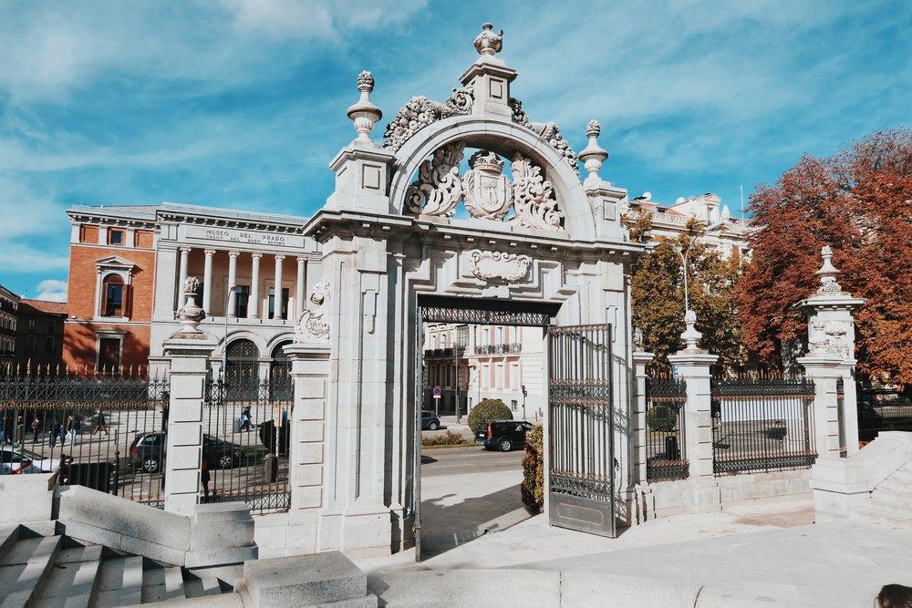 изход от парка към музея Прадо