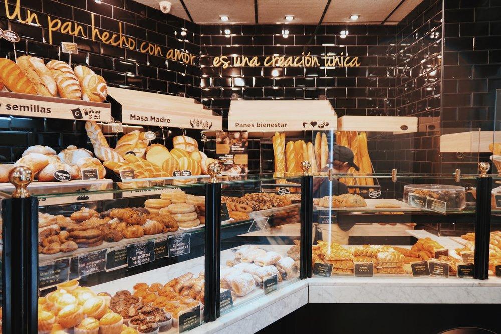 Un pan hecho de amor, es una creacion unica - почти през няколко метра ще намерите от тези пекарни, пълни с вкусотии, където да изпиете кафе на крак с нещо сладко.