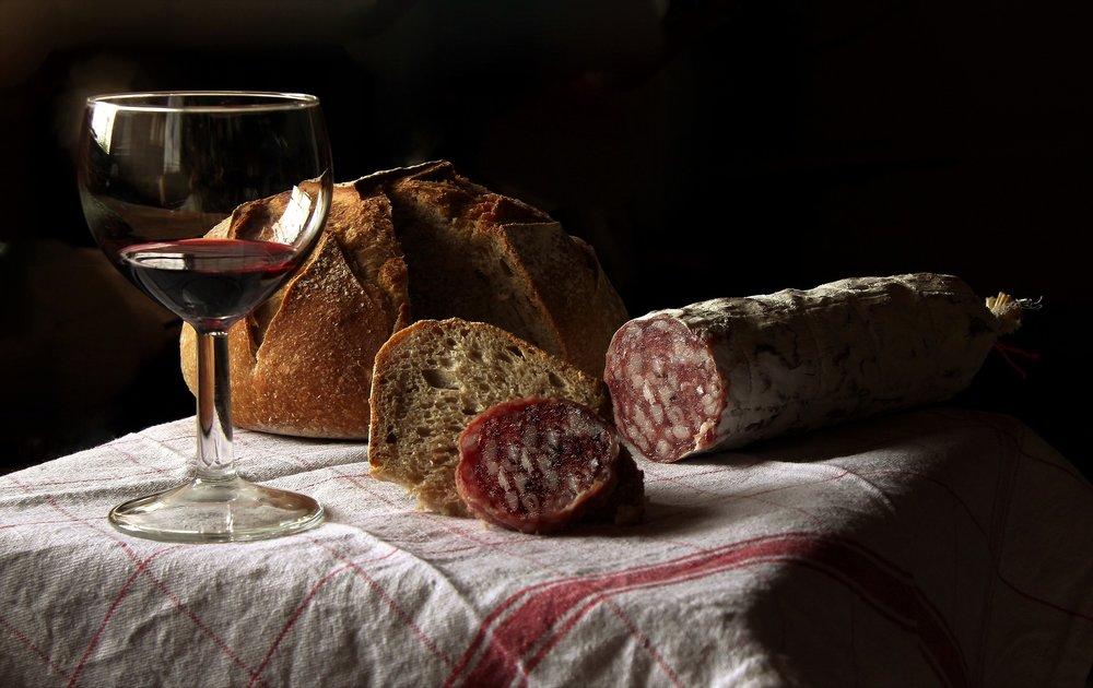 Red wine with chorizo. Photo source ID 3938030 on Pixabay