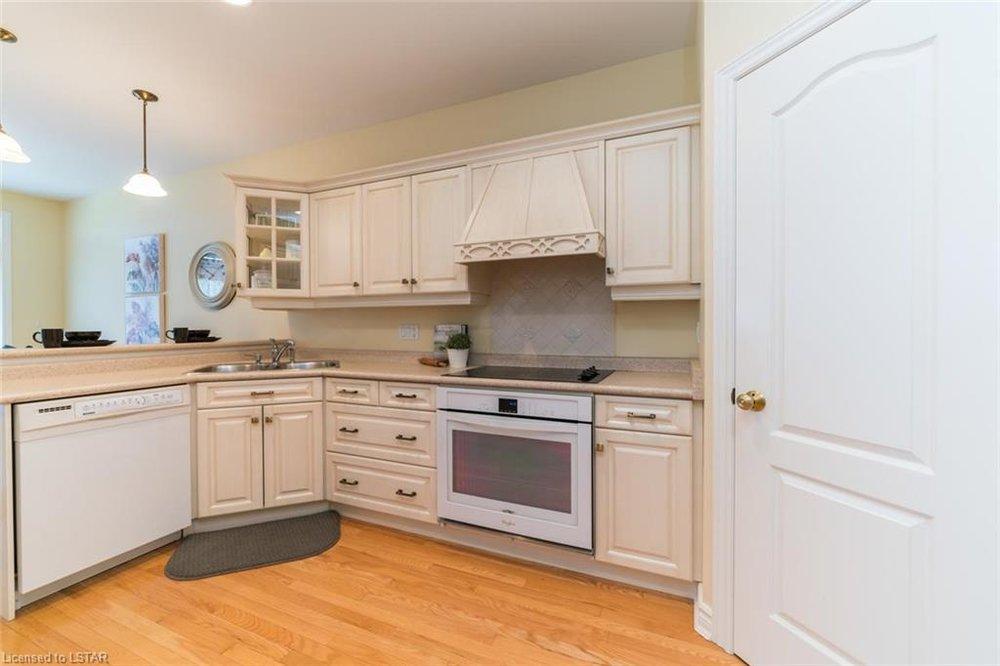 116 West Rivertrace Walk kitchen.jpg