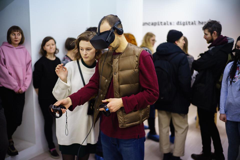 VR-installasjonen  Digital Heritage: Pomor village VR-Museum  testes av publikum. Foto:Edward Mikrukov