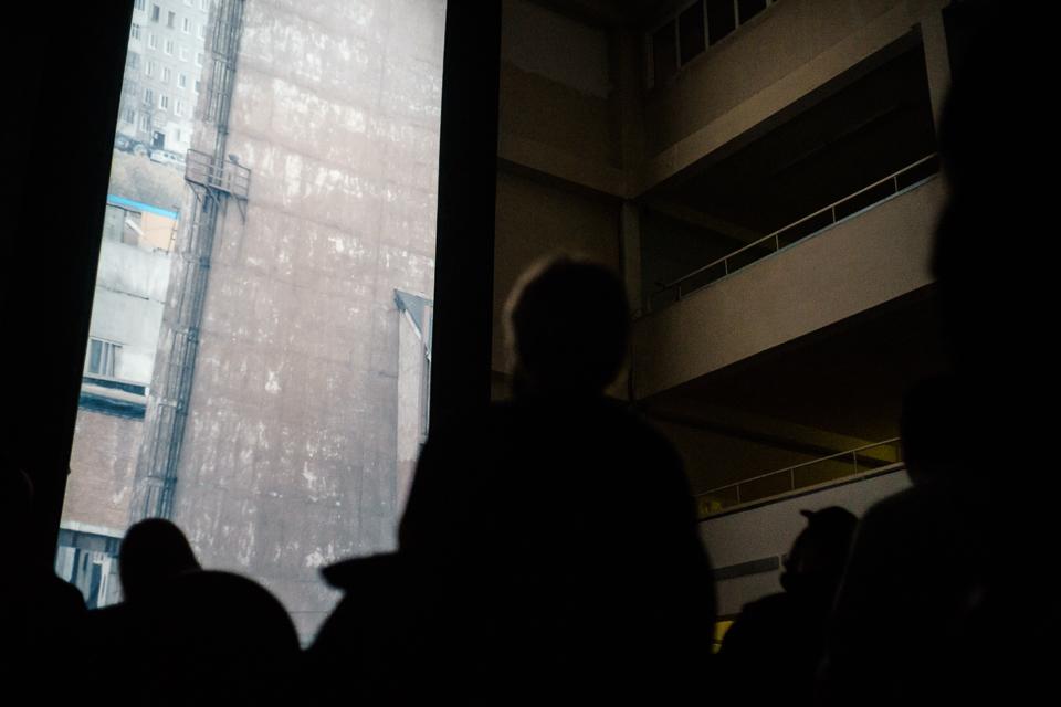 Sovietarkitektur møtte videokunst da   Vertical Cinema   bestående av 10 videoverk laget av forskjellige europeiske kunstnere ble presentert i,et gedigent,vertikalt format i Laplandia kultursenter. Denne noe utradisjonelle filmopplevelsen var det Friday Milks nederlandske samarbeidspartner Sonic Acts som stod for. Foto:Edward Mikrukov
