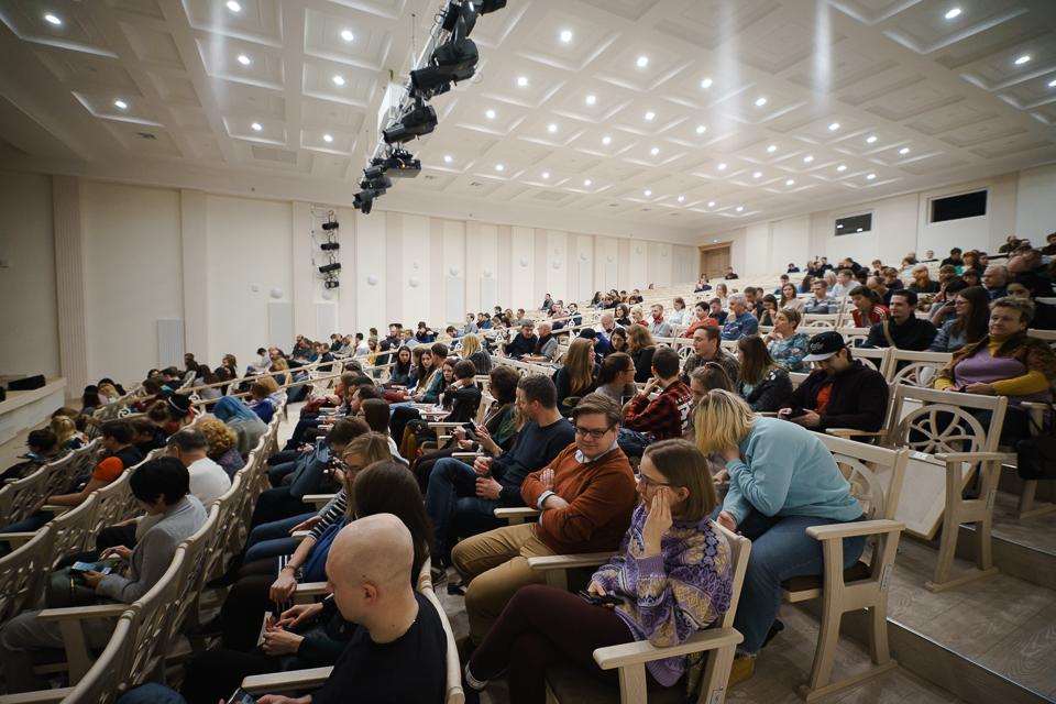 Åpningskonserten ble holdt i de grasiøse lokalene til Murmansk Symfoniorkester. Her fikk publikum oppleve en todelt konsert med tradisjonell tsjerkessisk folkemusikk av gruppen Khagaudzh fra Kabardino-Balkaria, etterfulgt av en konsert med den finske duoen Wimme & Rinne som blander elektronisk jazz og samisk joik. Russiske VJ Haust stod for den visuelle atmosfæren i bakgrunnen på begge konsertene. Foto:Edward Mikrukov