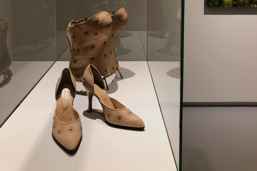 Menneskelig buntmakeri: høyhælte sko og korsett med mannlige brystvorter (2000)  av Nicola Costantino. Foto: Hilde Sørstrøm