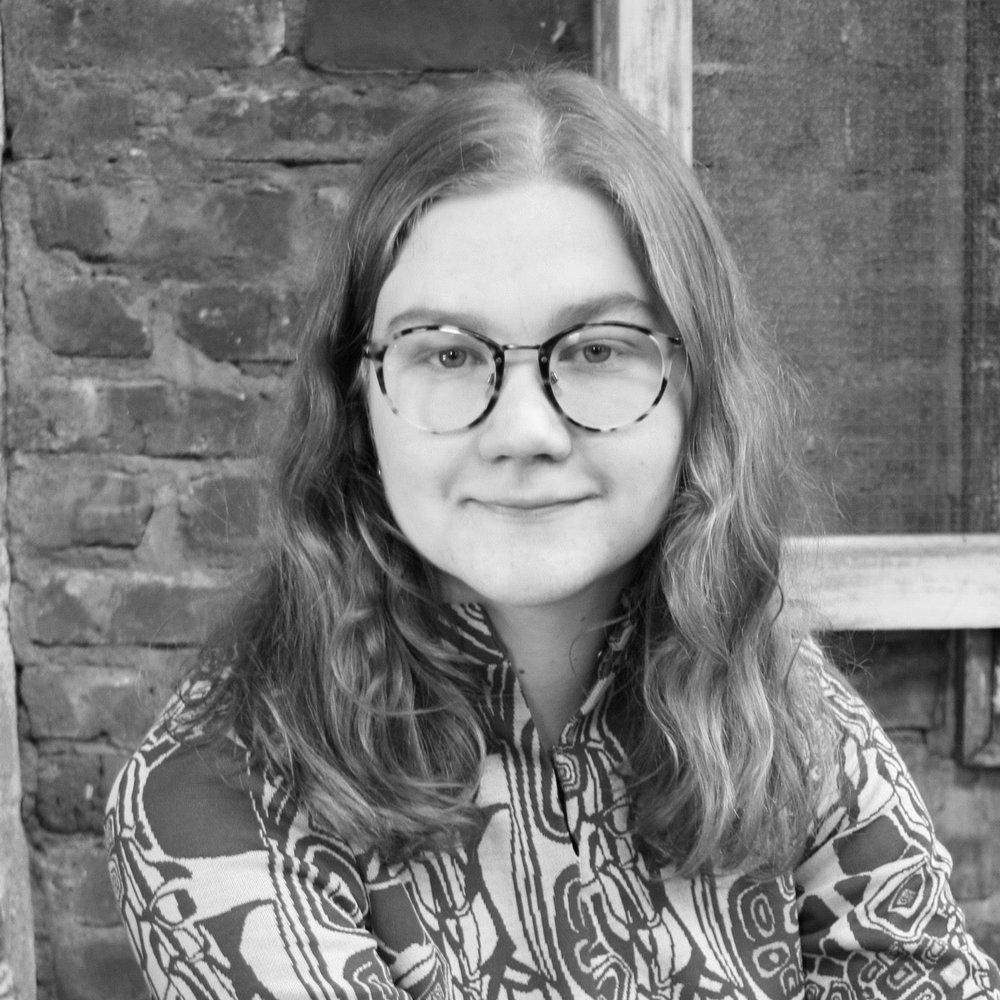 Caroline Mitchell Itland  (f. 1992) er masterstudent i kunsthistorie ved UiT Norges Arktiske Universitet, hvor hun undersøker kjønnsaspektet i Sidsel Paaskes kunst. Caroline har deltatt på skriveverksted i regi av Tekstbyrået.  Tekster på Hakapik:   Moder j(n)ord
