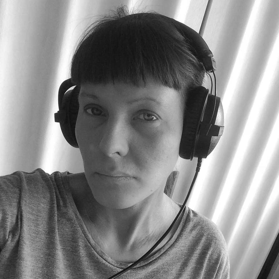 Inger Emilie Solheim     (f.1981) studerer MA i samtidskunst ved Kunstakademiet i Tromsø. Fra tidligere har hun bachelogrgrad i Samtidskunst fra Kunstakademiet i Tromsø og bachelorgrad i kunst og kulturvitenskap fra Universitetet i Bergen. Inger Emilie har siden 2010 jobbet frilans for Altaposten som kulturanmelder. I 2018 deltok hun på skriveverksted i regi av  Tekstbyrået .  Tekster på Hakapik:   Toveisflørt    Fra Innsiden