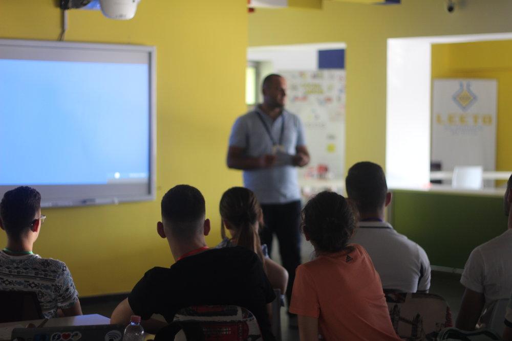 Si funksionon TET? - Tre ditë në javë, nga e Marta deri të Enjten, nxënësit takohen për 90 minuta në biznese në Tiranë. Gjatë këtyre vizitave ata përfshihen në diskutime me sipërmarrës dhe dëgjojnë folësit e ftuar.Përgjatë kursit kohor të TET secili nxënës zhvillon dy plane biznesi (një për biznesin në grup dhe një për atë personal) që u prezantohen bankierve dhe investuesve.Në përfundim të TET nxënësit paraqesin bizneset e tyre personale në Panairin Final nga Albania's Business Generation.