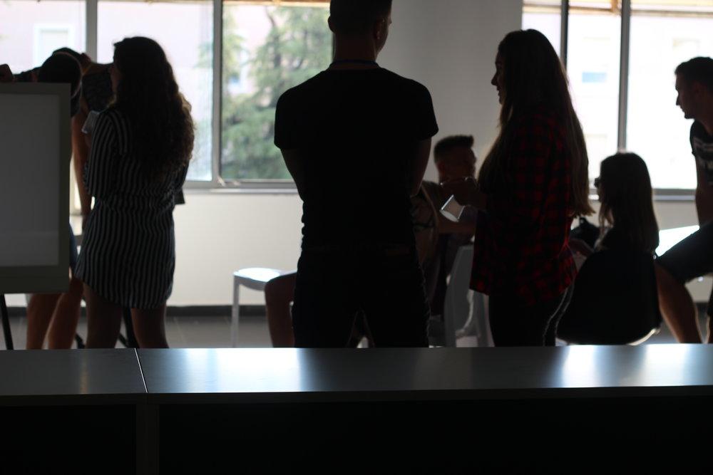 Çfarëështë TET? - TET (Tomorrow's Entrepreneurs Tirana)është një program 23 javor për të përfshirë gjimnazistët në të mësuarit praktik duke vizituar biznese vendase në Tiranë.TET u ofron nxënësve mundësinë e të pasurit mentorë personalitete të biznesit.Çdo nxënësi i jepet mundësia të fillojë një biznes të vërtetë me qëllimin për t'i ndihmuar që të përdorin të gjitha burimet për të pasur sukses në ekosistemin e sipërmarrjes në Tiranë dhe më tej.
