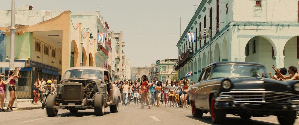 La escena recrea cómo sería una carrera clandestina de autos por las calles de La Habana CreditUniversal Pictures