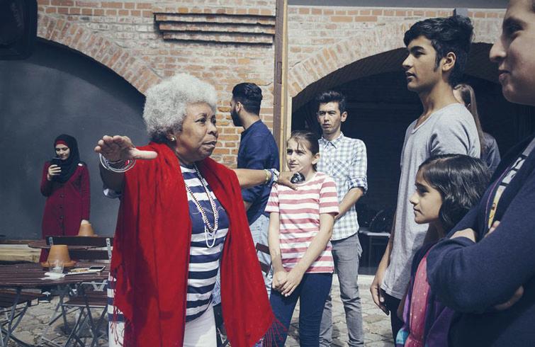 Xiomara Calderón y parte del elenco durante el montaje de la obra. Foto: Magdemedien GmbH / Facebook.