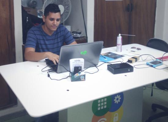 Uno de los miembros de Adoble sentado en su oficina-taller (Foto: Eliseo Matos)