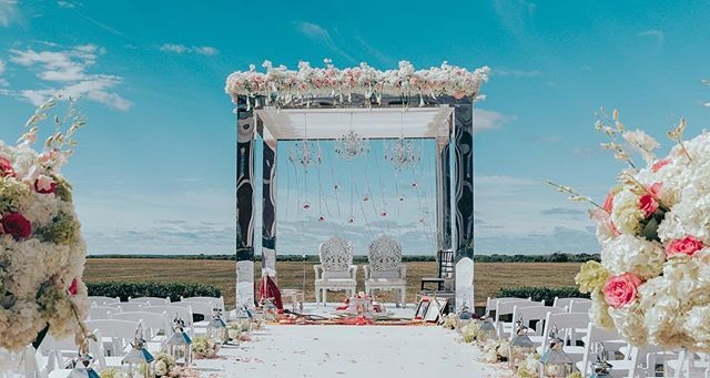 Some days are just perfect for outdoor ceremony - Image extracted from video - Awesome decor by Sachi @partylandsajawat  #mandap #outdoorwedding #weddingdecor #hinduwedding #nyweddings #bournemansion #indianwedding #weddingfilm #indianweddingdecor #indianweddingcinemetographer