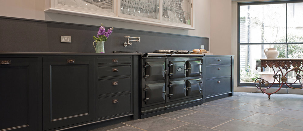 Key Features - 5-oven electric modelRoasting oven, baking oven, slow cooking oven, simmering oven and warming ovenIndependently controlled hotplates and ovensTwo hotplates and a warming plateState-of-the-art control panel