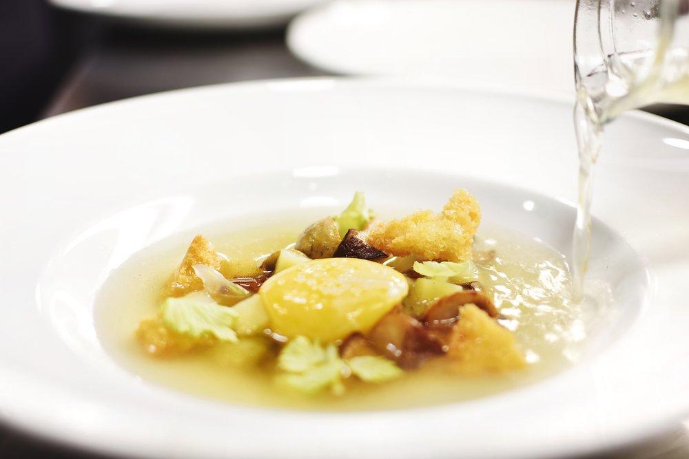 Куриный бульон, грибы и желток