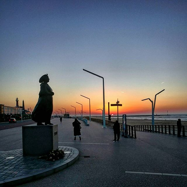 The fisherman's lady overlooking the sunset, forever waiting for her men to return from sea.  #scheveningen #thehague #thehaguetourism #denhaag #beach #stadaanzee #sculpture #art #sunsets #sunset #beach #fisherman #amsterdam #travelwithme #travelingpost