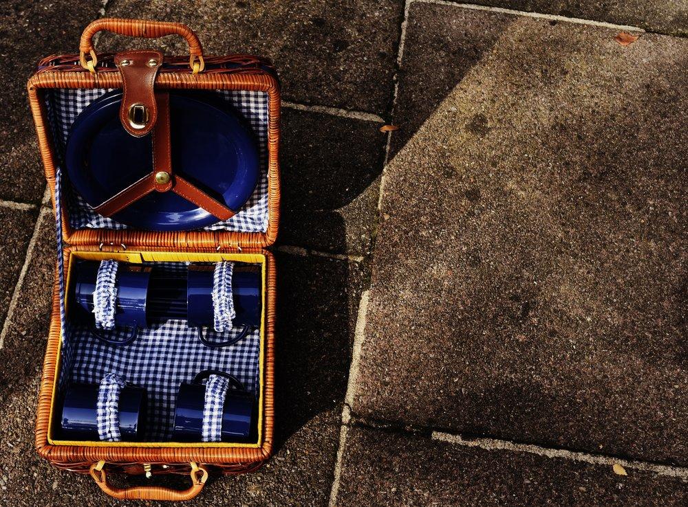 picnic-suitcase-1738693_1920.jpg