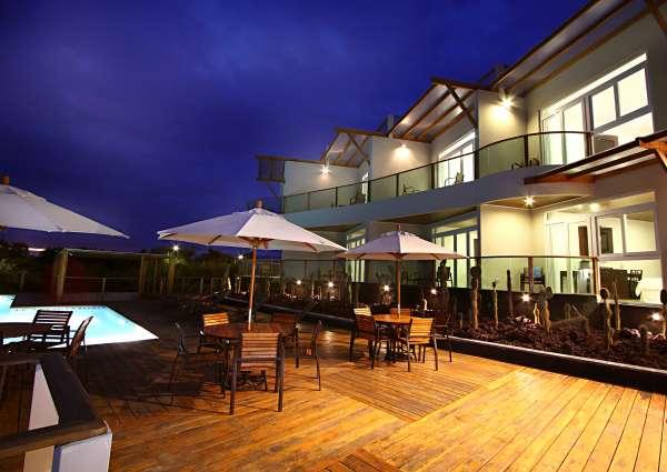 iguana-crossing-exteriores-piscina-noche.jpg