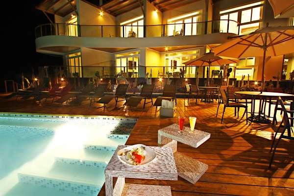 iguana-crossing-piscina-cocteles-noche.jpg