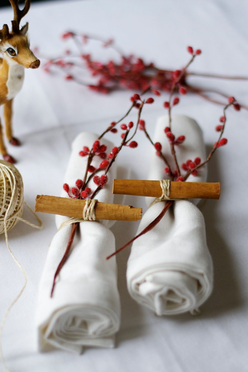A stunning festive way to tie napkins. Image from  Lattelisa .