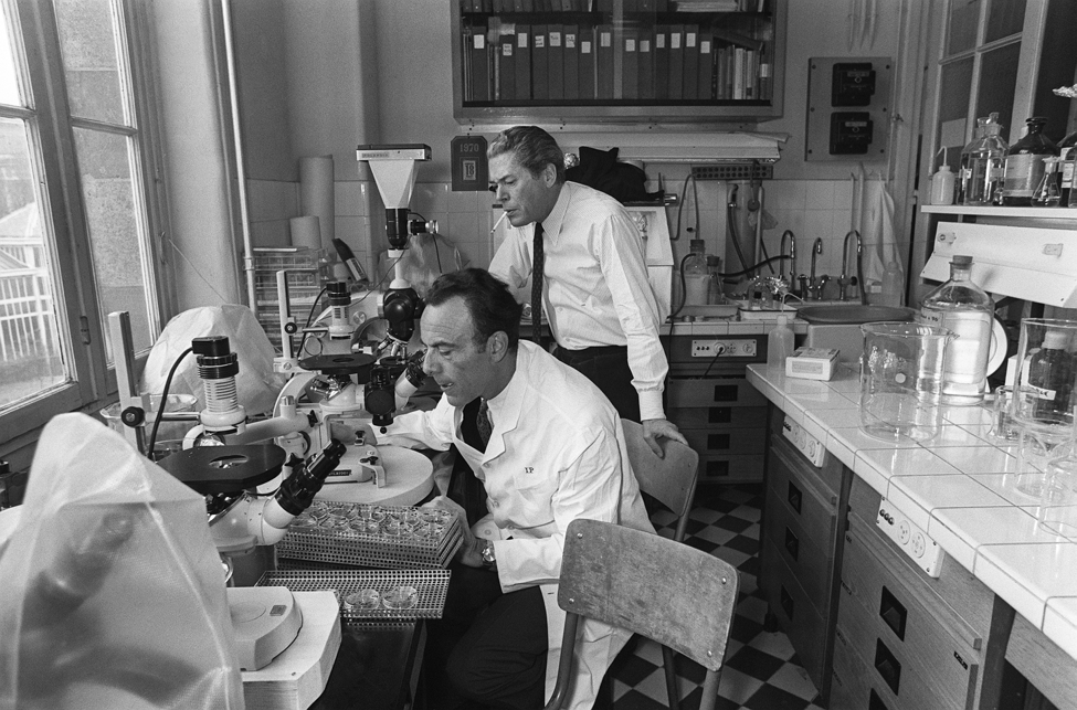 François Jacob (front) and Jacques Monod (back) in their lab at the Institut Pasteur in 1971. (HO/Agence France-Presse)