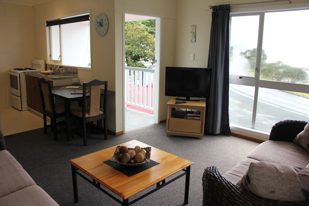 FULLY EQUIPPED KITCHEN INCLUDING OVEN, FRIDGE AND MICROWAVE