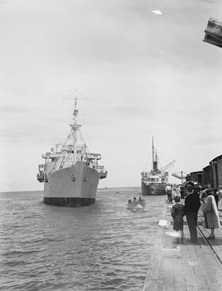 A ship arriving in Melbourne with immigrants from the UK in 1947. Image courtesy of NAA