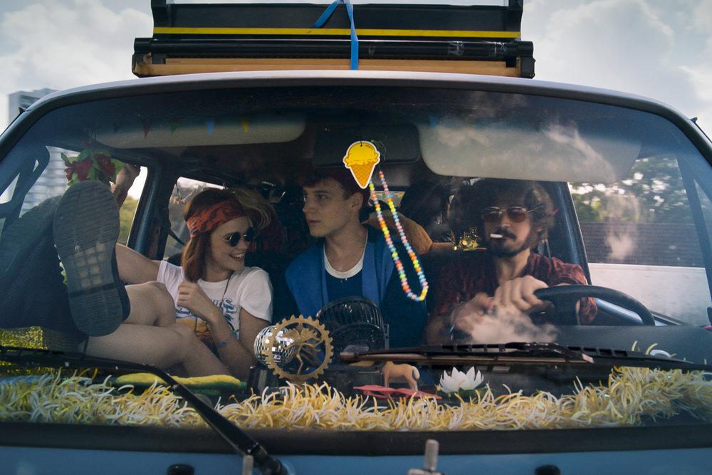 Auf dem Weg zum Festival bringen Ponyhof (Johannes Klaußner) und Jackie (Emilia Schüle) ihren Freund Mauser (Leonard Scheicher) noch nach Hause.jpg