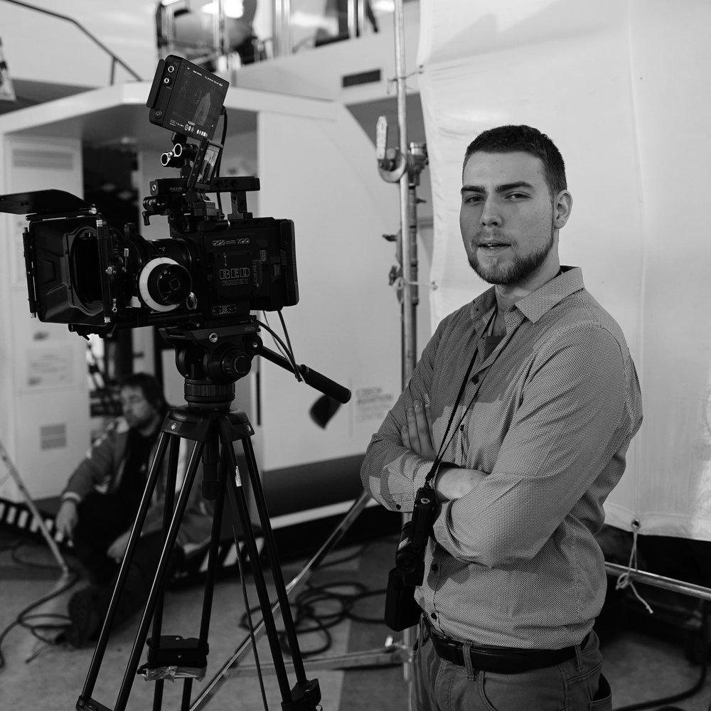 Filip Blažek    Lead Director & D.O.P . Nebo jinak také kameraman. Ale to už je poznat z fotky. To je člověk, který přenese vaše přání a fantazii na, dříve bychom řekli film, dnes snímač. Mobil: (+420) 606 506 562  E-mail:  filip@histogram.cz