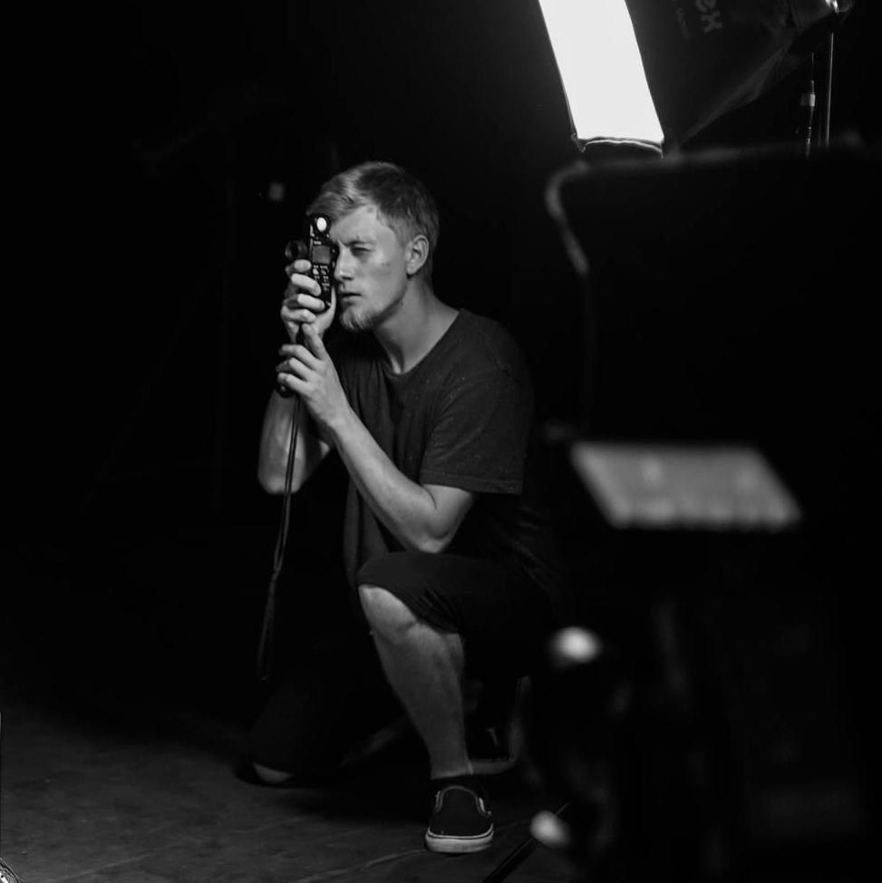 Adam Černich    Director of Photography.  Kameraman s velkým uměleckým duchem. On je ten, po kom chcete větší hloubku nějakého záběru. Zároveň ovládá technické umění kamer. Mobil: (+420) 732 503 123  E-mail:  crew@histogramfilms.com