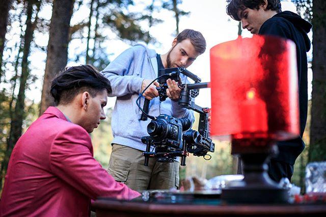 Natáčení nového videoklipu hudebního projektu Radical Miracle. Na výsledek a behind the scenes koukněte na odkazu v našem biu. 📸 Foto: Jan Berghauer  #setlife #musicvideo #music #canon #arri #kinoflo #filmmaking