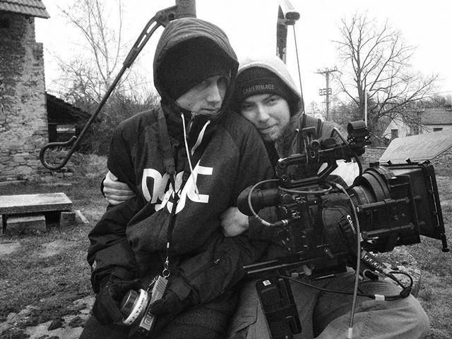 K čemu je kameramanovi asistent? No, tak třeba, když je vám zima, tak vás zahřeje. 😏😁 #setlife #directorofphotography #cameraassistant #histogramfilms #filmmaking #arri #redcamera #movie