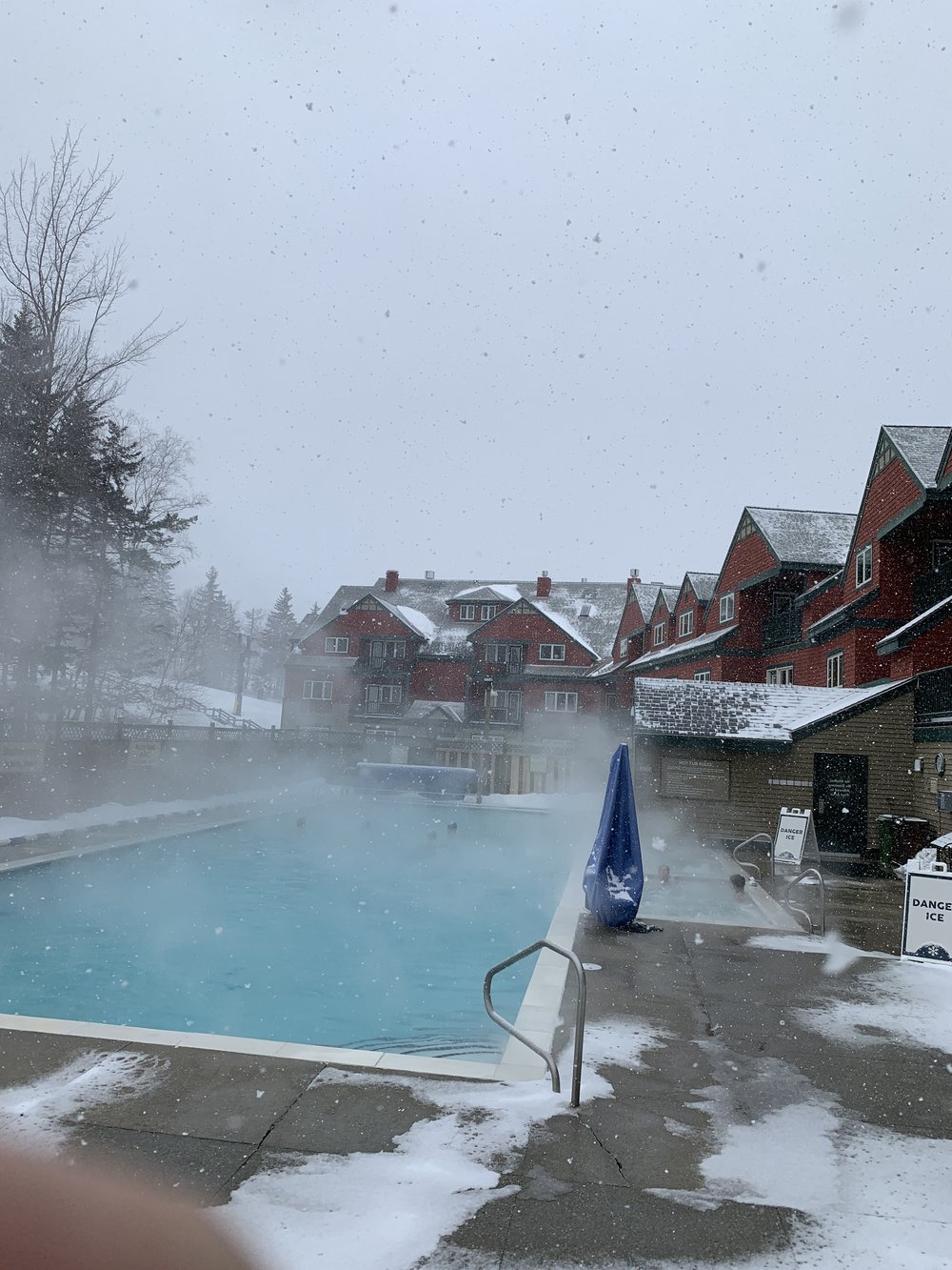 The pool and hot tub at The Grand Summit Lodge.