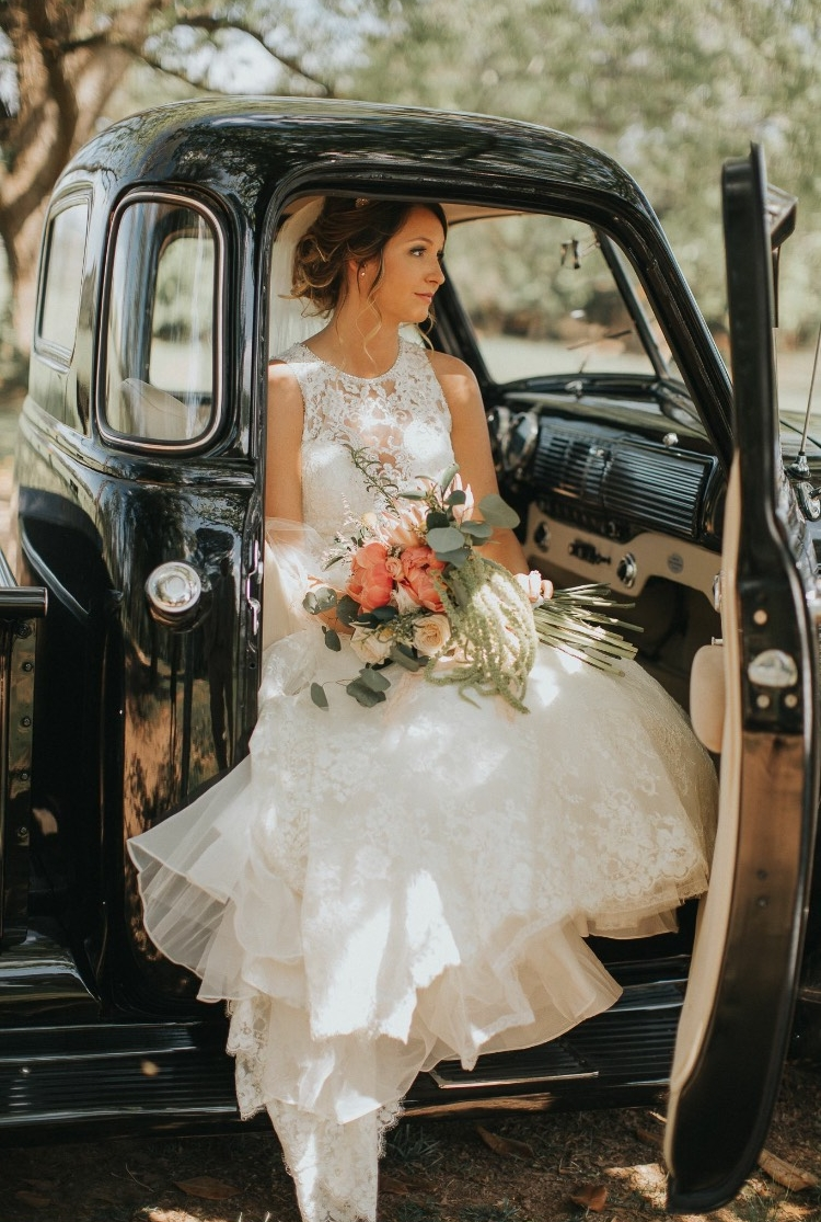 Hello vintage truck and gorgeous bride. The *PERFECT* addition to bridals.