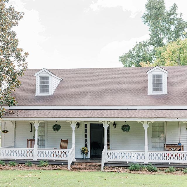 We cannot wait to spend some of our days hanging out on the porch of our farmhouse! Brides our farmhouse is the perfect place for you and your crew to hang our the morning before your wedding! Call us and book today! ✨ 📷: @lauraannewatson