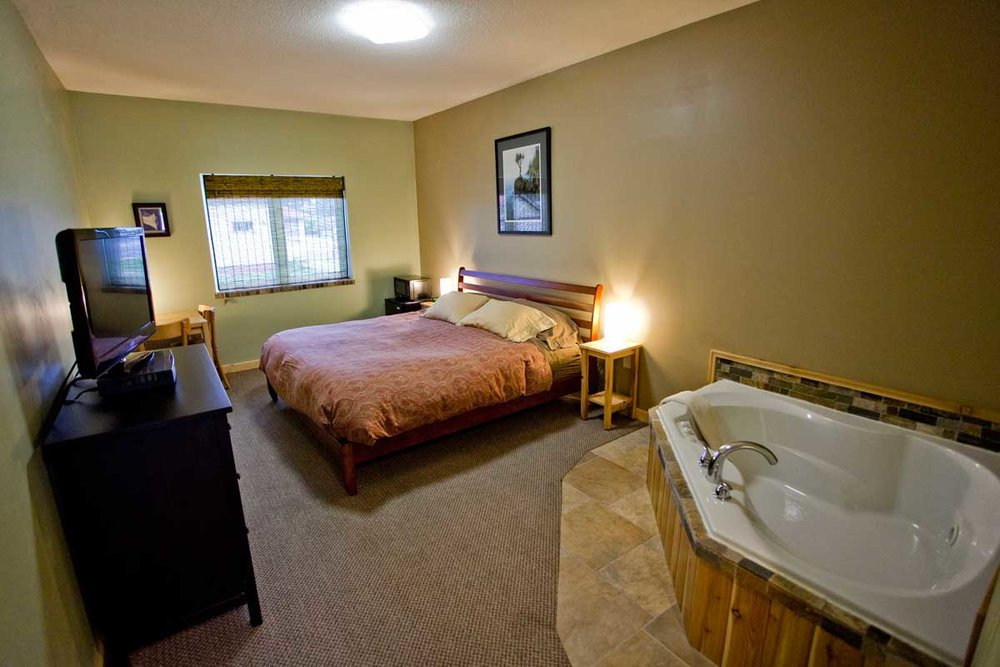 JACUZZI KING ROOMS   King-sized bed with jetted tub for two in our Jacuzzi King bedrooms. All King Rooms are dog friendly.