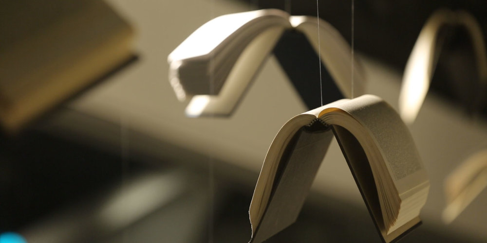 KOHLER體驗館特別邀請知名德國iF設計獎得獎者-沈志忠,以「優雅生活」為計主軸,以翻動書本時的折角、弧線為靈感,嘗試以千變萬化的弧度美學雕塑空間架構