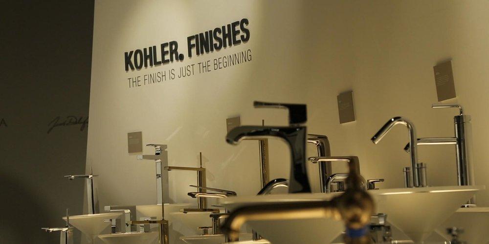 以別具衛浴形態的美學裝置藝術展示KOHLER較強烈的Artist Editions藝術系列臉盆及Collections精選系列龍頭,如採用獨特的漂浮玻璃纖維展示台來襯托臉盆表現藝術氛圍。