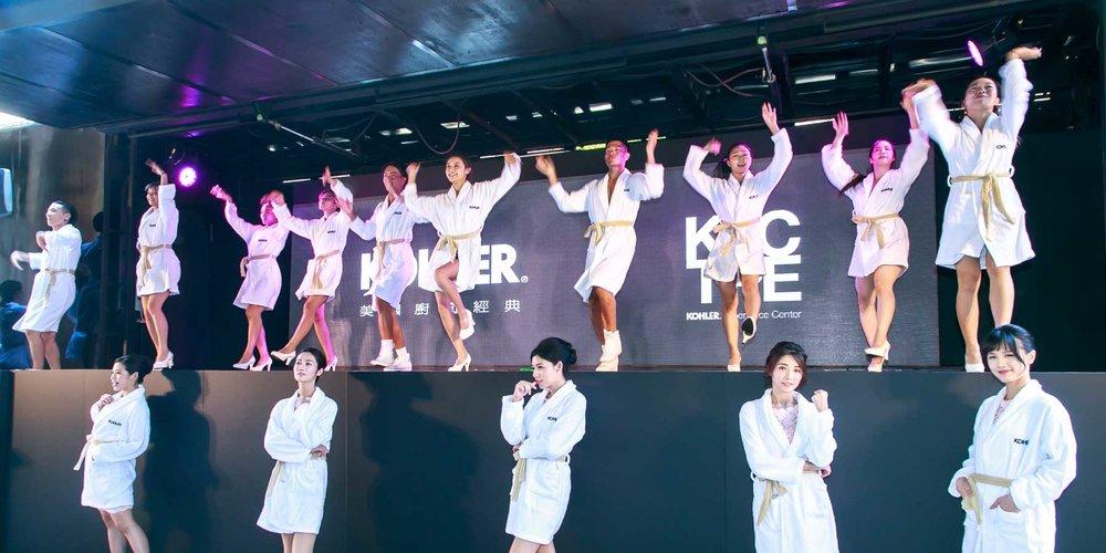 歡慶KOHLER體驗館開幕,浴袍人時尚快閃台北街頭
