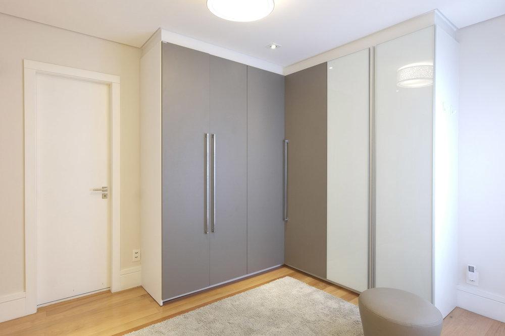 Daniela-Marques-Arquitetura-003-Closet-Casal-Vidro-Branco.jpg