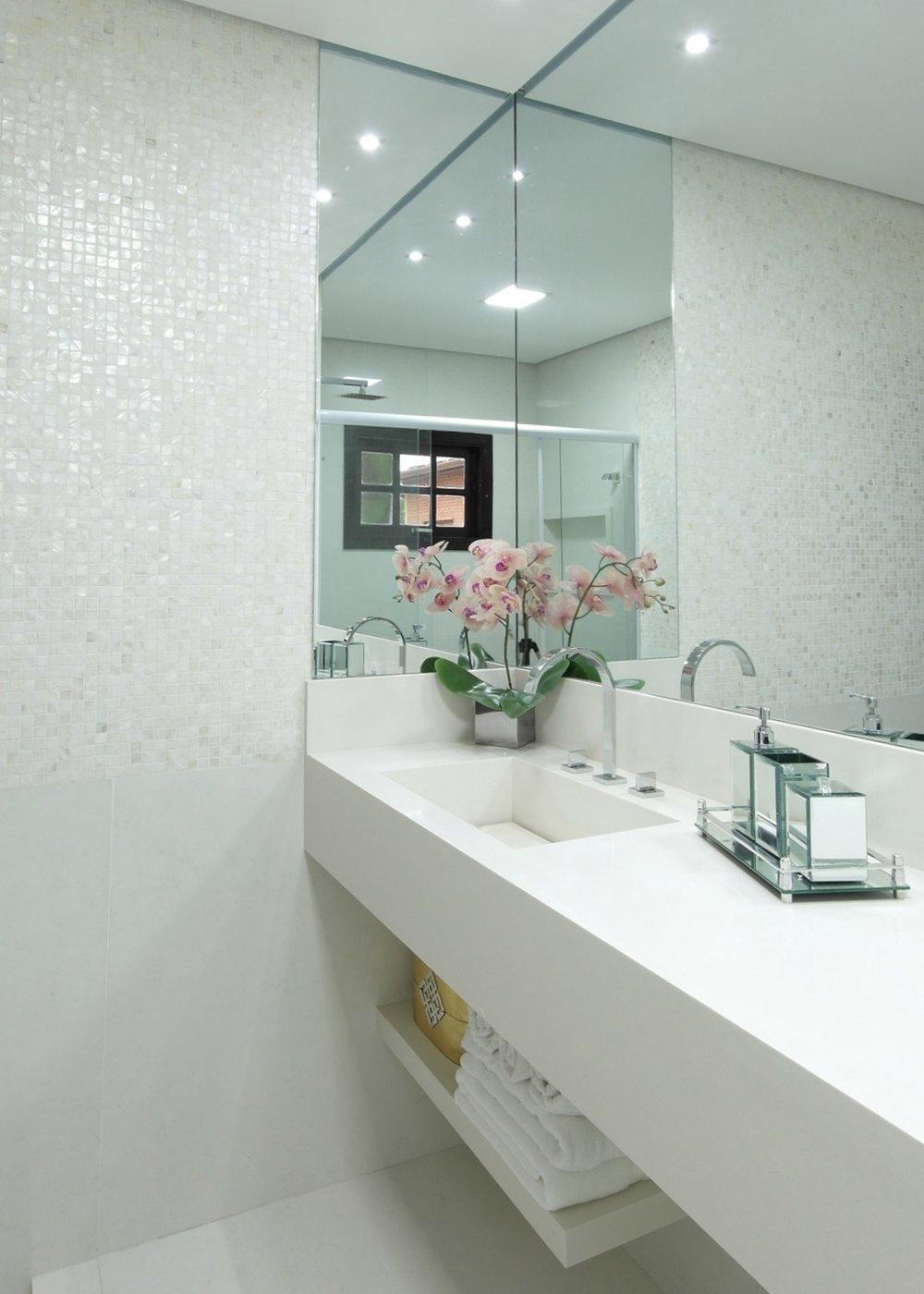 Daniela-Marques-Arquitetura-004-Banheiro-Moderno-Pastilha-Madreperola.jpg