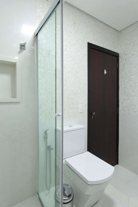 Daniela-Marques-Arquitetura-003-Banheiro-Claro-Nicho-Madreperola.jpg