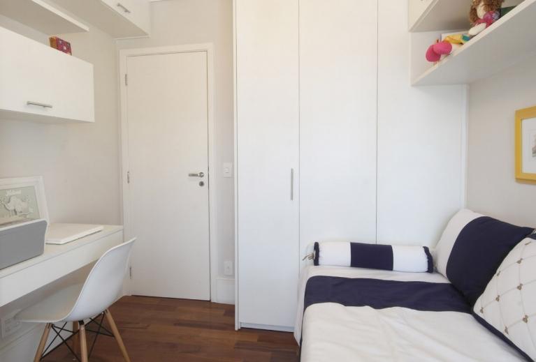 Precisavam de um quarto multiuso, com home office, quarto de hóspedes, armários para livros e armários para mais roupas do casal.  -