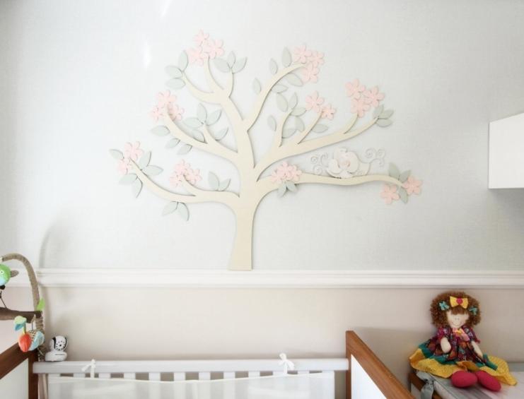 Nas paredes em tom pastel, o destaque é a árvore em mdf com ninho de passarinhos: mesmo detalhe que a cliente escolheu para colocar na porta da maternidade. -