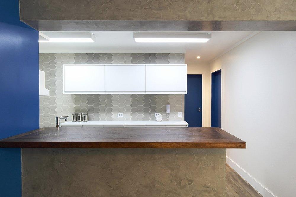 O ponto de partida desse projeto foi a sugestão dada pela arquiteta de que todas as portas fossem pintadas de azul, e essa proposta logo foi aceita pelos clientes. Definida essa característica marcante, iniciou-se a escolha dos demais materiais. -