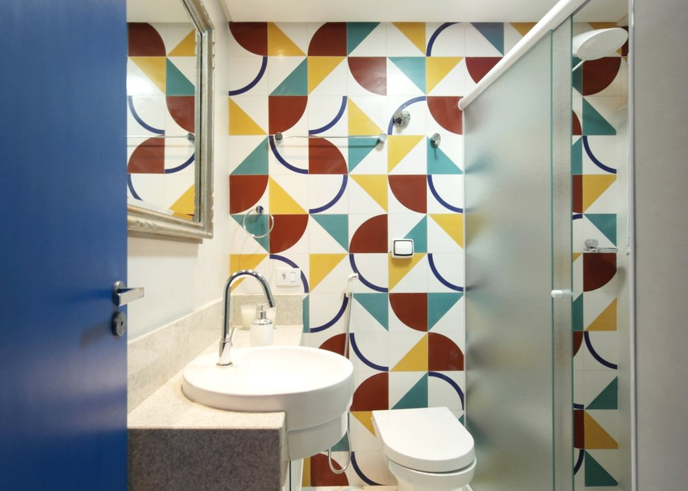 Daniela-Marques-Arquitetura-020-Banheiro-Azulejo-Geometrico-Colorido.jpg