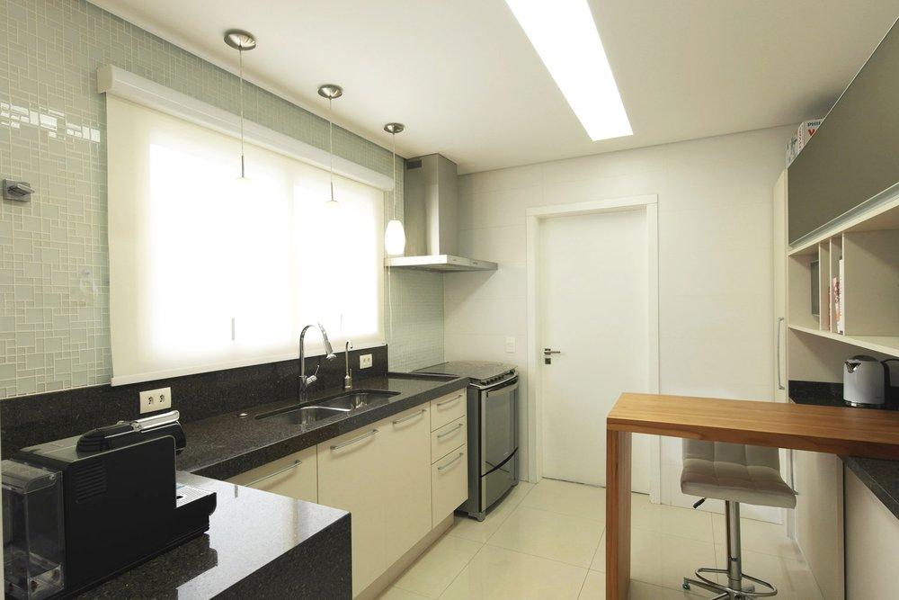 Daniela-Marques-Arquitetura-020-Cozinha-Pastilha-Vidro-Coifa.jpg
