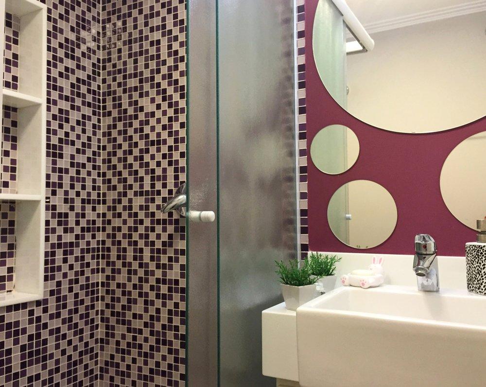 Daniela-Marques-Arquitetura-005-Banheiro-Roxo-Pastilha-Lilas.jpg