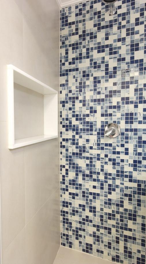 Daniela-Marques-Arquitetura-008-Banheiro-Nicho-Pastilha-Azul.jpg