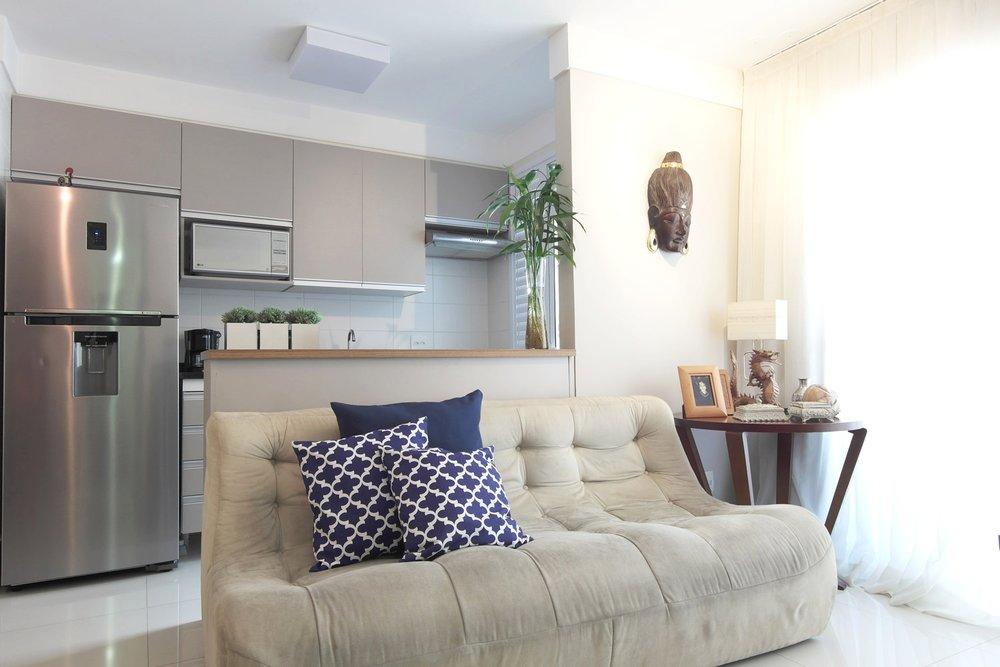 O tampo do balcão foi feito com a mesma madeira usada no móvel da tv e nos outros armários da cozinha, o acabamento suave cor fendi combina com a madeira dos móveis antigos. -