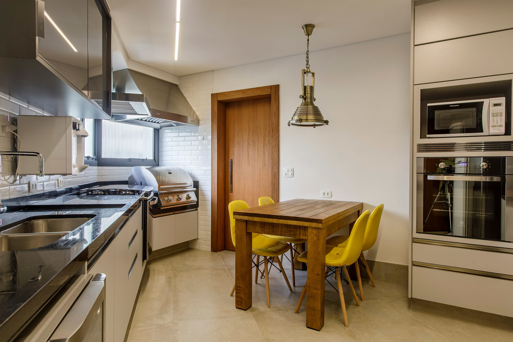 Daniela-Marques-Arquitetura-040-Cozinha-Industrial-Cinza-Preto.jpg